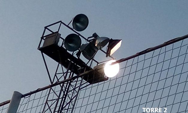 SOLUCIONADO – Focos fundidos en campo de fútbol de césped artificial en Polideportivo Municipal