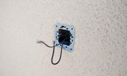 Conductores eléctricos en contacto directo en Centro de Interpretación