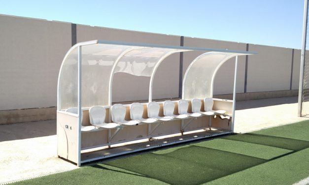 SOLUCIONADO – Cubiertas de banquillos rotas en campo de césped artificial de Polideportivo Municipal