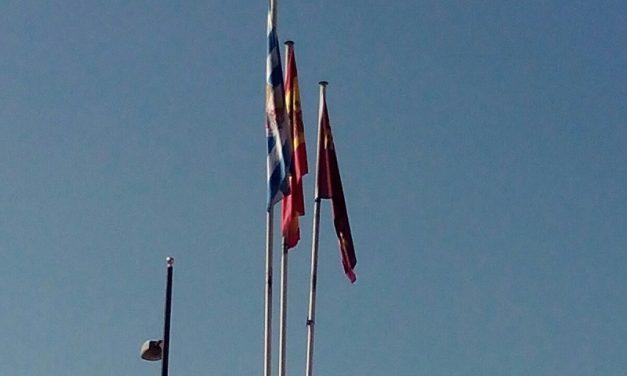 SOLUCIONADO – Mástiles sin banderas oficiales en Plaza del Camionero