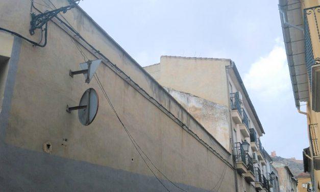 Cables eléctricos descolgados en zona de Casco Antiguo