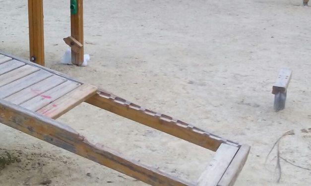 Mobiliario de parque infantil deteriorado en Jardín Botánico de Pueblo Nuevo