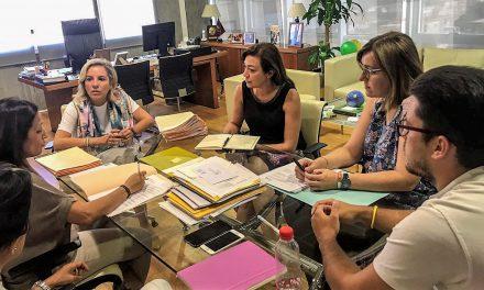 El Partido Popular de Jumilla se reúne con la consejera de Educación, Adela Martínez Cachá, y la directora de Centro Educativos, Remedios Lajara, para trabajar en las necesidades educativas de Jumilla.